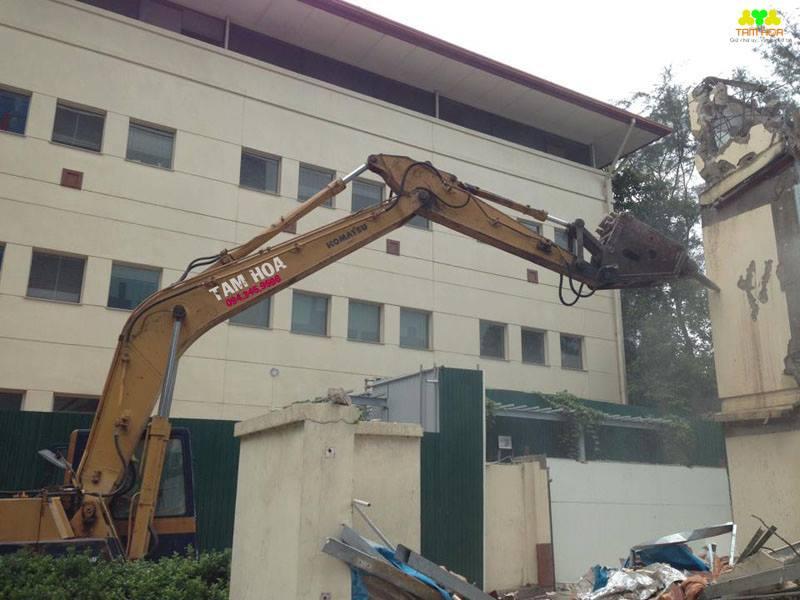 Sử dụng máy móc để phá dỡ nhà